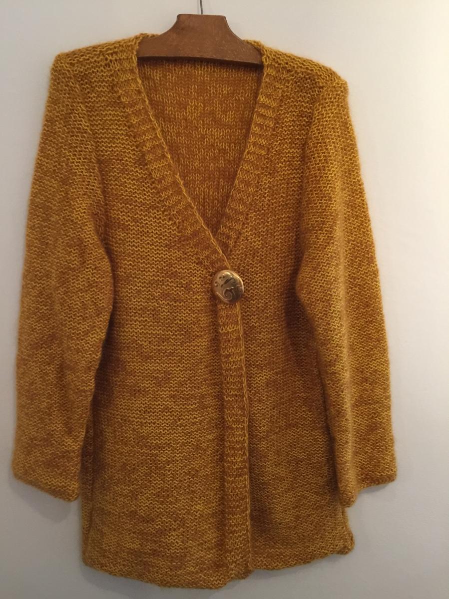 """un fil de coton jaune d'or, une laine mohair safran pour obtenir un gilet """"doudou"""" couleur moutarde"""